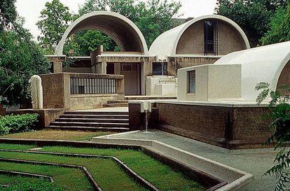 """El estudio del arquitecto Balkrishna Doshi, Sangath, en Ahmedabad (India). Sangath, el nombre dado al complejo, significa """"avanzar juntos a través de la participación""""."""