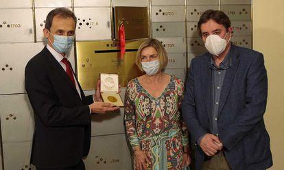 El ministro Pedro Duque, la vicepresidenta del CSIC Rosina López-Alonso, y el director del Instituto Cervantes, Luis García Montero, depositan la medalla en la cámara acorazada.