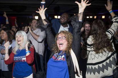Simpatizantes demócratas celebran la victoria en la Cámara de Representantes.