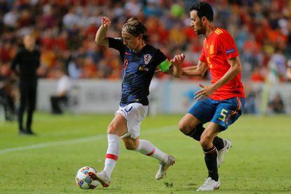 Sergio Busquets pugna con Modric en el España-Croacia.