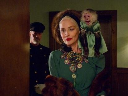 Sharon Stonem como Lenore Osgoodm en 'Ratched'.