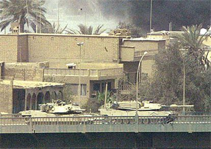 El carro de combate estadounidense de la izquierda gira su torreta en dirección al hotel Palestina, ocupado por periodistas, instantes antes de disparar.