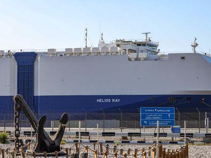 El mercante 'Helios Ray', de un naviero israelí, atracado para su reparación, el domingo en Dubái.