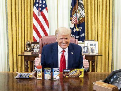 Donald Trump posa en su despacho con productos de la marca Goya Foods, el pasado 15 de julio.