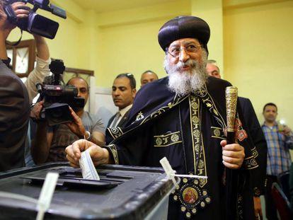El papa copto Tawadros II vota en las presidenciales, el lunes en El Cairo.