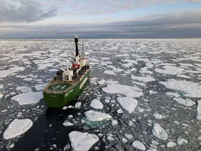 Un barco de Greenpeace navega a través del océano Ártico, en septiembre.
