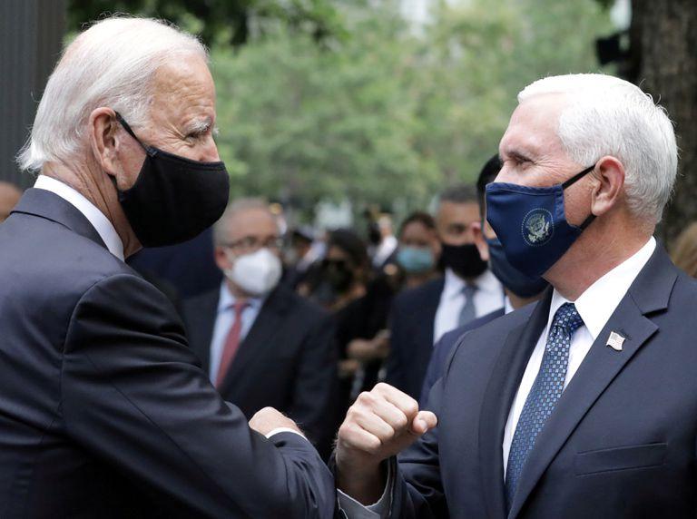 El candidato demócrata Joe Biden saluda al vicepresidente Mike Pence en la ceremonia en recuerdo del 11-S en Nueva York.
