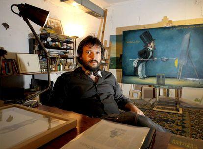 El artista Serzo, en el estudio-garaje que comparte con otros creadores en Madrid.