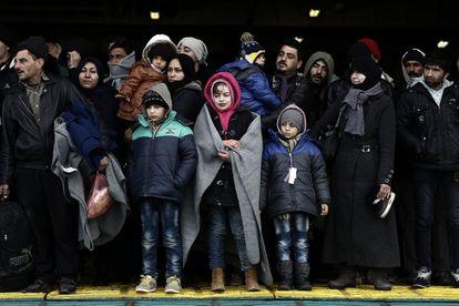 Un grupo de refugiados espera para desembarcar de un ferri, procedentes de una isla, el sábado en el puerto del Pireo, en Atenas.