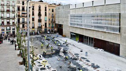 Trabajos de urbanización del entorno de la Filmoteca de Cataluña en el barrio del Raval.