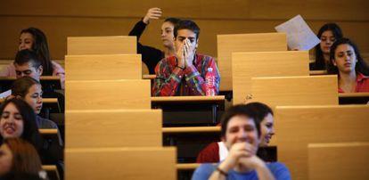 Estudiantes antes de la prueba de Selectividad.