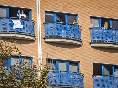 Estudiantes confinadas en Galileo Galilei, residencia privada ubicada dentro del campus de la Politécnica de Valencia, el jueves.
