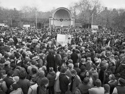 Una multitud, unas 50.000 personas, en la vigilia por el asesinato de John Lennon en Central Park el 14 de diciembre de 1980.