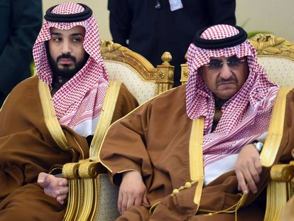 El principe heredero saudí Mohamed bin Nayef (izquierda) junto al ministro de defensa Mohamed bin Salman.