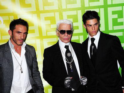 Sebastien Jondeau, Karl Lagerfeld y el modelo Baptiste Giabiconi, en un desfile en París en 2009.