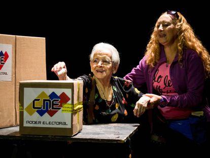 Una mujer vota en las elecciones municipales de este domingo en Venezuela.