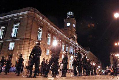 Cordón policial en la Puerta del Sol, ya de madrugada, para impedir el acceso de los manifestantes a la plaza.