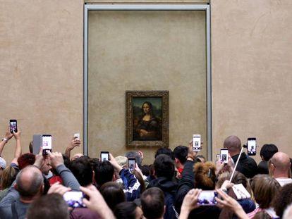 Visitantes del Museo de Louvre, en París, fotografían 'La Gioconda', en una imagen del año pasado.