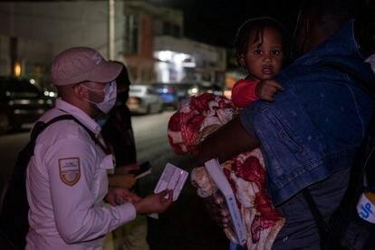 Oficiales de migración de México detienen a un grupo de migrantes haitianos en Ciudad Acuña (México), este miércoles.