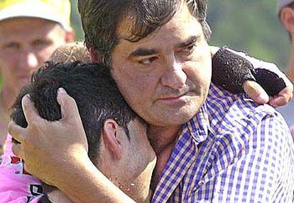 Manolo Saiz abraza a un dolorido Beloki tras el accidente.