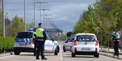 Efectivos de la Policia Municipal de Valladolid realizan un control de acceso.