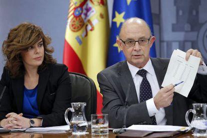 Sáenz de Santamaría y Cristóbal Montoro explican los recortes.