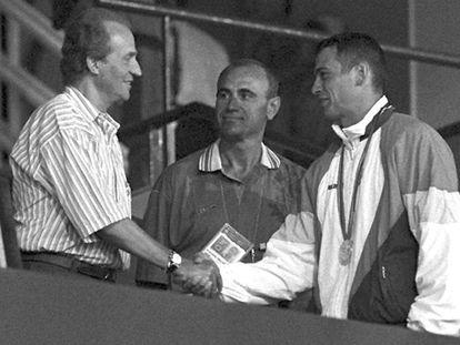 Antonio Peñalver saluda al Rey en presencia de Millán.