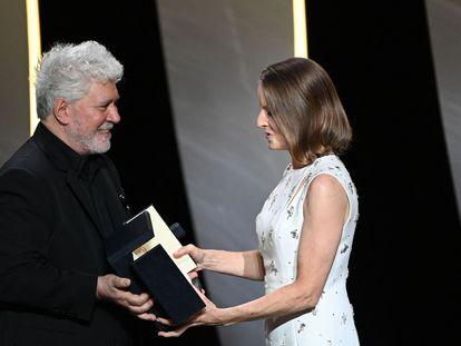 Jodie Foster recibe de manos de Pedro Almodóvar la Palma de Oro de Honor durante la ceremonia de inauguración de la 74ª edición del festival de Cannes.
