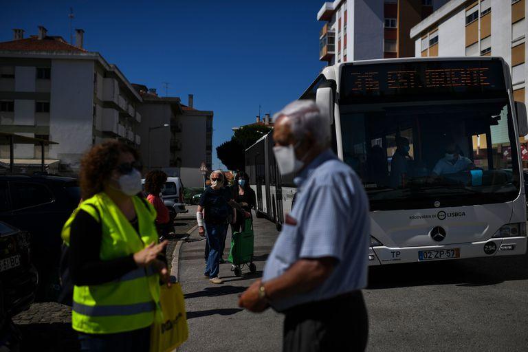 Una funcionaria del ayuntamiento de Loures, en la Gran Lisboa, distribuye mascarillas e información por las calles de la ciudad