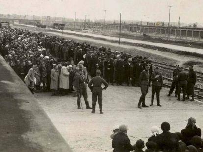 Los SS realizan la selección de los judíos destinados a morir inmediatamente en las cámaras de gas en el andén de Auschwitz.