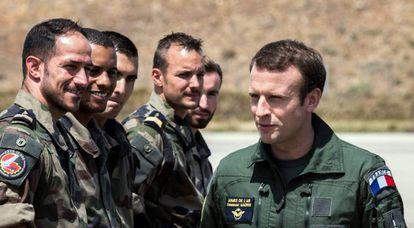El presidente Macron durante una visita en 2017 a la base de Istres