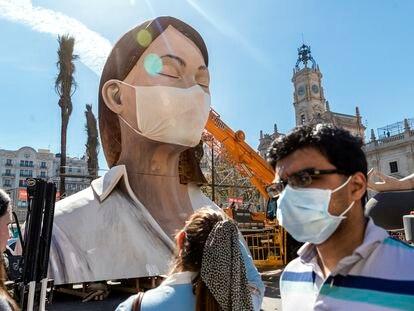 Valencia 11-3-20 Valencia se resiente por la anulación de las Fallas a consecuencia del Coronavirus. En la imagen la falla de la Plaza del Ayuntamiento ha sido cubierta con una mascarilla. FOTO: MÒNICA TORRES/EL PAIS