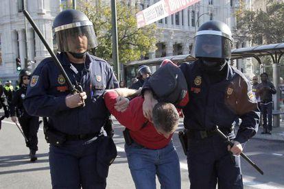 La Policía Nacional detiene a un manifestante en Cibeles.