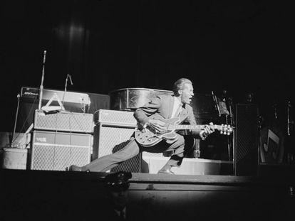 Chuck Berry arrancando notas de su guitarra en un concierto en Nueva York en 1964.