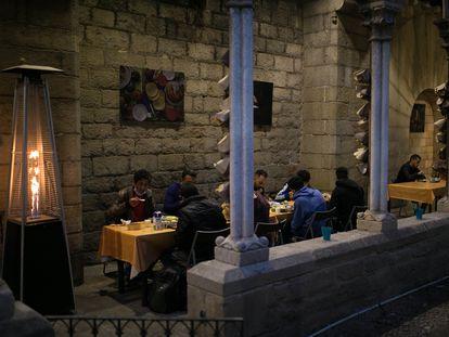 Personas sin hogar de religión musulmana rompen el ayuno en el claustro de Santa Anna