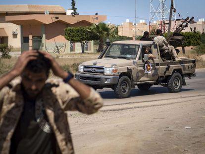 Un combatiente leal al Gobierno de Acuerdo Nacional (GNA) de Libia, reconocido internacionalmente, se tapa los oídos cuando otros soldados se preparan para disparar a unos 40 kilómetros al sur de la capital, Trípoli, el 29 de abril de 2019.