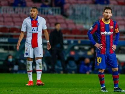 Messi espera con Mbappé a su espalda durante el partido entre el Barcelona y el PSG de este martes en el Camp Nou.
