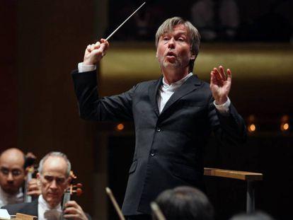 El director Esa-Pekka Salonen liderando un concierto de la Filarmónica de Nueva York.