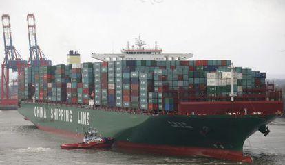 El barco contenedor más grande del mundo, el CSCL Globe de la compañía China Shipping Group, en el puerto de Hamburgo.