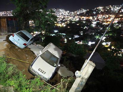 Dos coches a punto de caer a un barranco tras el seísmo en Acapulco.