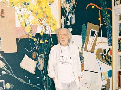 El director, en el estudio de su casa ante un cuadro de Manny Farber y una silla Taliesin de Frank Lloyd Wright.