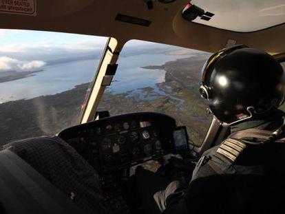 Un piloto de helicóptero sobrevuela la ciudad de Reikiavik, en Islandia.