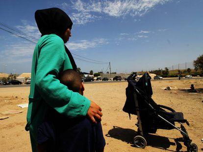 Una mujer marroquí abraza a su hijo en las inmediaciones del Centro Temporal de Inmigrantes de Melilla.