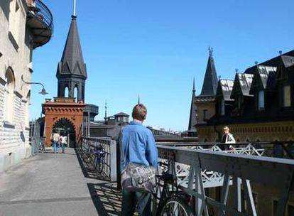 La calle Bellmansgatan; a la derecha, la casa de Mikael Blomkvist, protagonista de <i>Millennium,</i> a la que se accede por una pasarela.