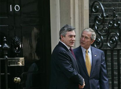 Gordon Brown y George W. Bush, a las puertas de la residencia del 'premier' británico.