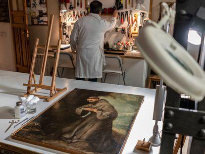 El san Francisco de Asís de Alonso Cano, el martes en el taller donde está siendo restaurado.
