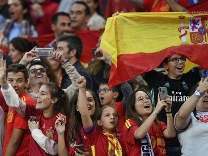 Aficionados españoles antes de empezar un partido.