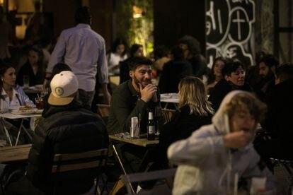 Terrazas llenas de gente en la calle Xucla, en el barrio del Raval de Barcelona, el 14 de mayo.