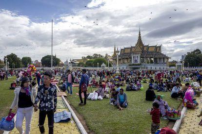 Pícnic en los jardines del Palacio Real, en la capital, Phnom Penh, un lugar al que los camboyanos acuden en su tiempo libre.