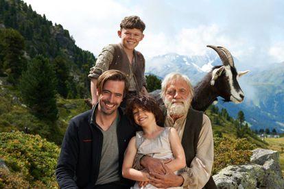 Quirin Agrippi (que da vida a Pedro), Anuk Steffen (Heidi) y Bruno Ganz (el abuelo) rodean al director de la película, Alain Gsponer.